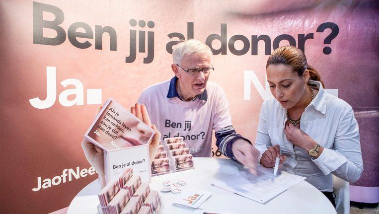 Een bezoekster van de gezondheidsbeurs in Utrecht laat zich voorlichten over donorregistratie. Beeld Hollandse Hoogte/Marco Hillen