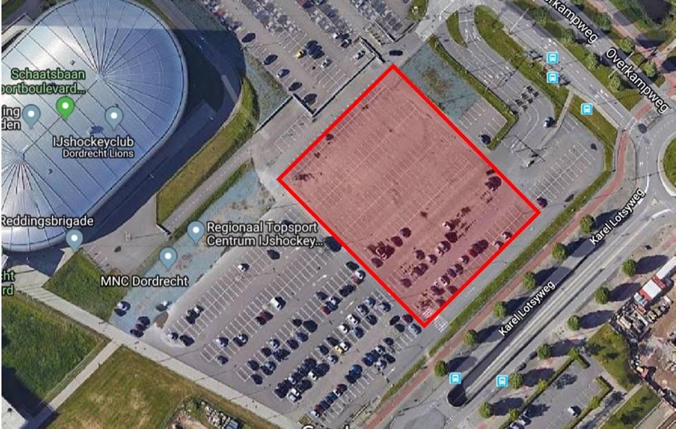 Er komt een nieuwe laag asfalt op een deel van het parkeerterrein. Tijdens de werkzaamheden kan op het rood omlijnde deel niet geparkeerd worden.