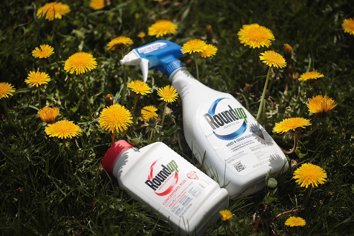 Bayer moet 2 miljard dollar betalen aan een koppel in Californië, omdat de onkruidverdelger hun kanker zou hebben veroorzaakt, zo oordeelde een jury.
