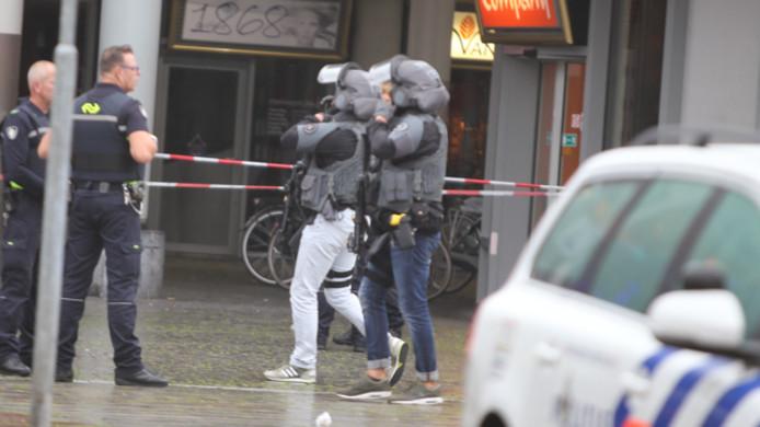 Arrestatieteam gaat station in Den Bosch binnen.