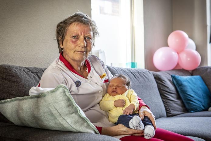 Kraamverzorgster Truus Elderink stopt na 47 jaar. Haar 'laatste' baby is Lynn.