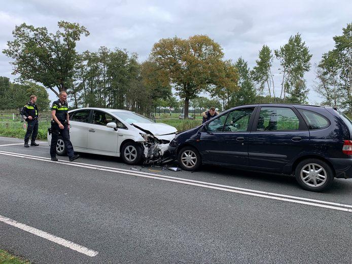Twee van de drie betrokken auto's bij de botsing op Kanaal Zuid bij Loenen.
