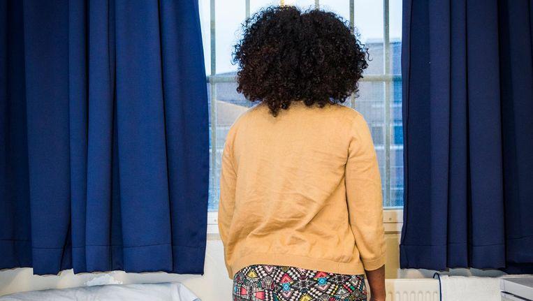 Een gedetineerde moeder in haar cel Beeld Dingena Mol