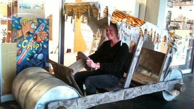 Dave Downey in de gestolen replica van z'n Flintstones-auto.