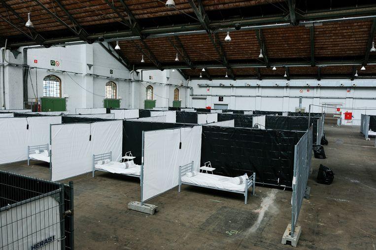 Artsen zonder Grenzen in Tour & Taxis: de grote hangar is verdeeld in compartimenten met telkens plaats voor één patiënt.