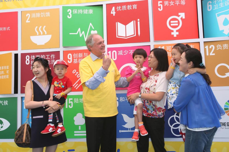 Paul Polman op een Unilever-familiedag in Shanghai. 'Hoe meer hij wordt opgetild, hoe vreemder zijn uitspraken worden en hoe groter het wantrouwen in de financiële sector', zegt Smit.   Beeld Wang Rongjiang