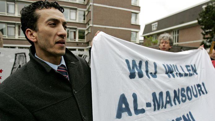 Adnan al-Mansouri, de zoon van Abdullah al-Mansouri, tijdens een demonstratie van Amnesty International bij de Iraanse ambassade in Den Haag in 2007.