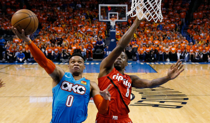 Russell Westbrook (links) won met Oklahoma City Thunder van Portland Trail Blazers.