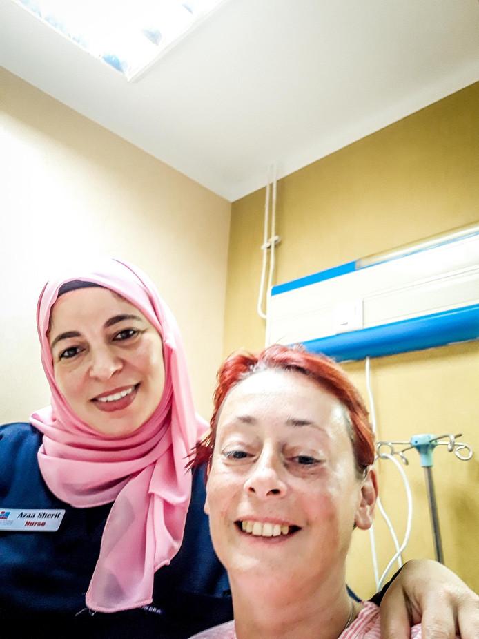 Anja werd op de koop toe verplicht selfies met het personeel te posten op Facebook om reclame te maken voor het ziekenhuis.