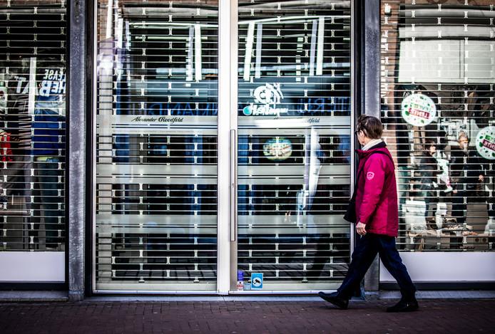 Steeds meer winkeliers kiezen ervoor hun zaak helemaal te sluiten, de openingstijden aan te passen of een maximaal aantal klanten toe te laten in hun zaak.