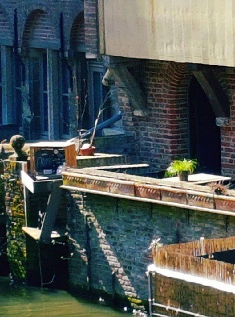 Het terras van Proof kijkt uit op de Leie.
