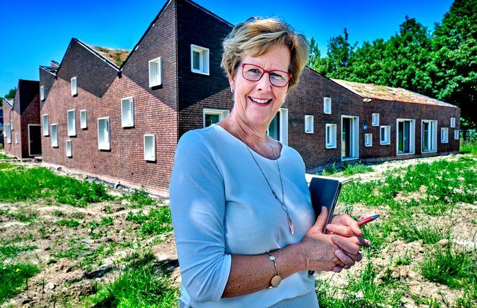 Directeur Anja de Jong van De Pijler voor het nieuwe schoolgebouw dat geheel IKC-proof is.