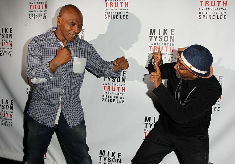 Oud-bokser Mike Tyson en filmmaker Spike Lee afgelopen donderdag bij de première van 'Mike Tyson: Undisputed Truth'. Beeld ap