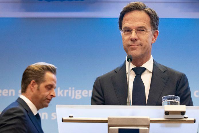 Premier Mark Rutte en Minister Hugo de Jonge van Volksgezondheid, Welzijn en Sport tijdens een persconferentie.