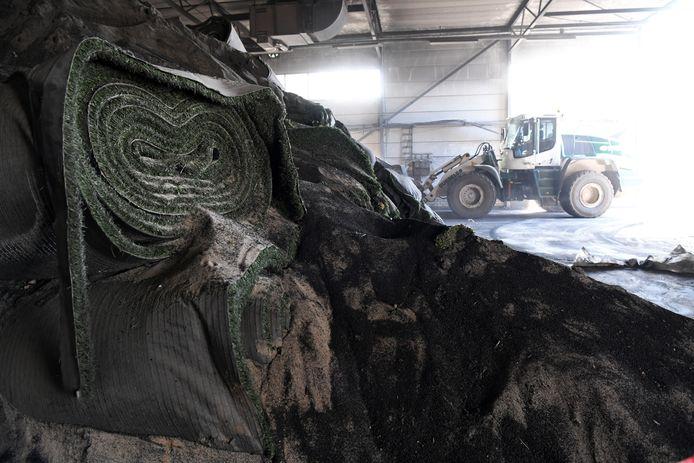 Ruim een miljoen vierkante meter aan afgedankte kunstgrasmatten ligt er bij TUF in Dongen. Niet voor niets gaat de schoonmaak ervan ruim tien maanden duren.