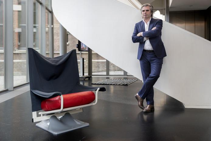 Nederland, Den Bosch, &Katern ,directeur Timo de Rijk van het Stedelijk Museum bij een van de italiaanse stoelen voor de komende expositie.