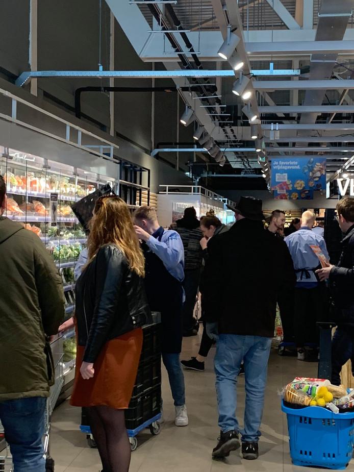 Geen afstand in supermarkt Kampen.