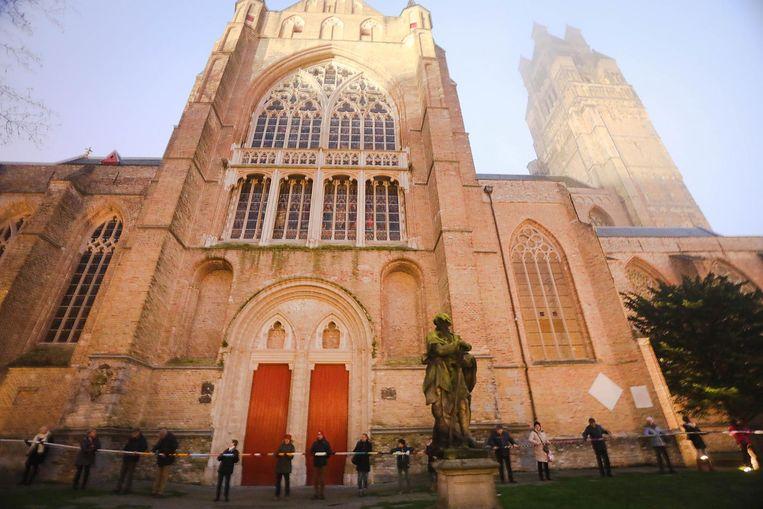 Zaterdag kreeg de Sint Salvatorskathedraal even een kilometerslange sjaal om .