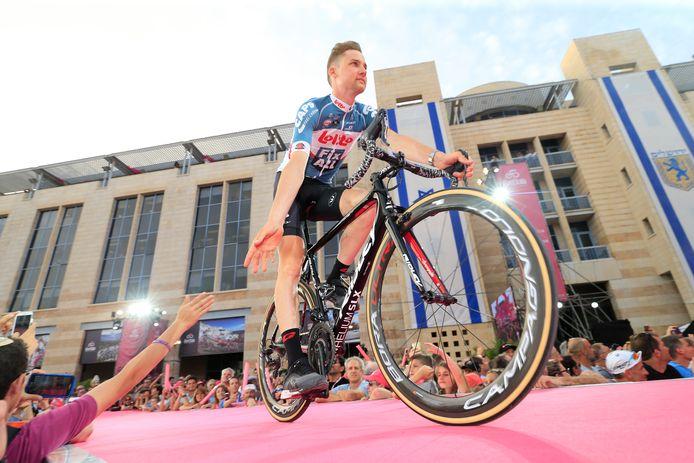 Wellens bij de ploegvoorstelling gisteravond. Lotto rijdt in de Giro voor één keer niet in het gewoonlijke rode shirt.