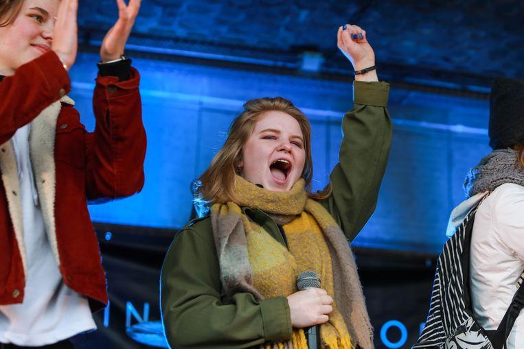 Kyra Gantois in actie voor Youth for Climate. Links Anuna De Wever.