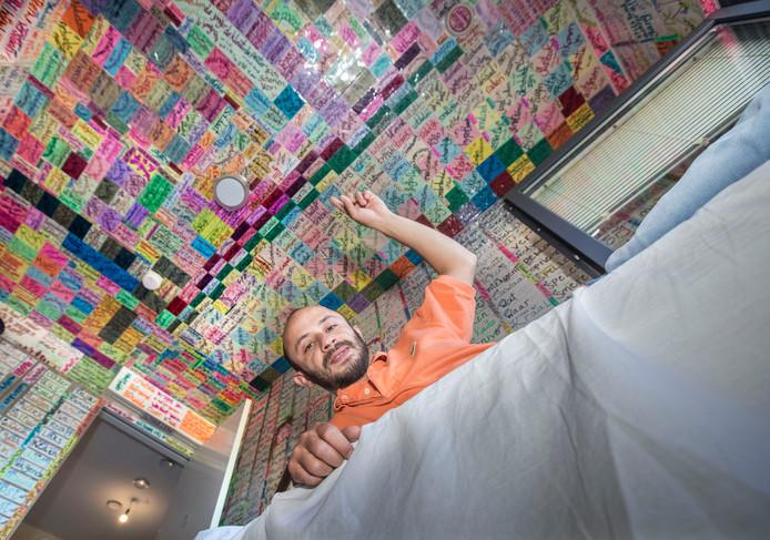 Hasan Fakhane heeft zelfs zijn plafond vol met briefjes hangen.