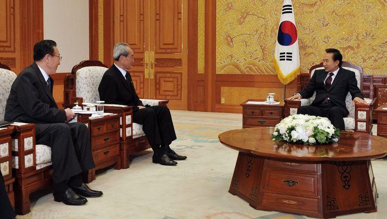 De Zuid-Koreaanse president Lee Myung-bak (R) ontmoet de Noord-Koreaanse leider Kim Jong-il. Foto EPA Beeld
