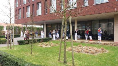 Bewoners Terekenhof geven zorgverleners een groot applaus
