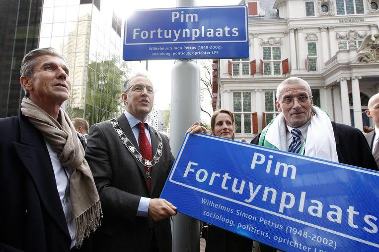 Burgemeester Ahmed Aboutaleb van Rotterdam(M), Simon Fortuyn (L) en Marten Fortuyn (R) onthullen het naambord van de Pim Fortuynplaats. Beeld anp