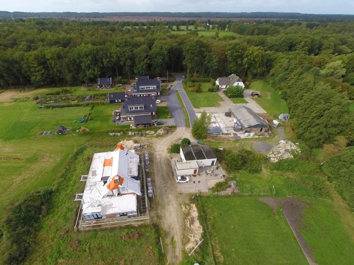 Op de voorgrond het huis aan de Oudedijk waarop een bouwstop rust en dat van de gemeente Apeldoorn moet worden afgebroken. Tegen de huizen links erachter treedt de gemeente nu ook 'handhavend' op.