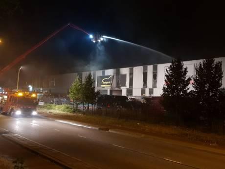 Grote brand bij bedrijfspand Nijmegen, omwonenden 'misselijk' wakker