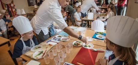 Topchef De Rozario geeft kookles op basisschool in Helmond: 'At ik dit maar elke avond'