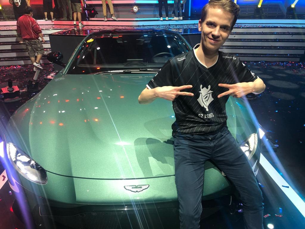 Thijs Molendijk met zijn gewonnen Aston Martin, die hij inruilde voor een geldprijs