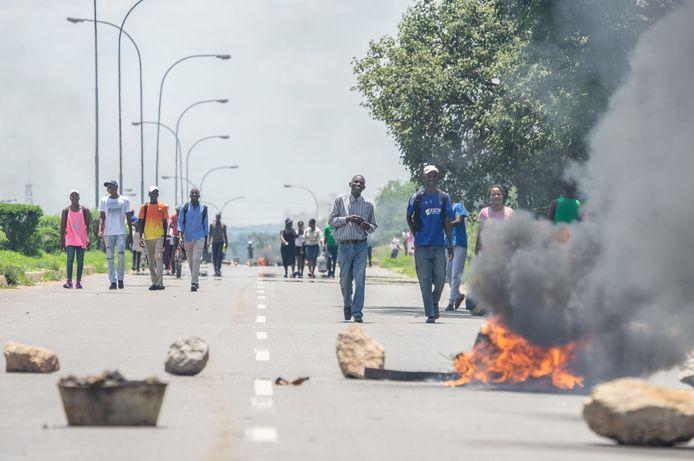 Manifestanten stromen samen in de straten van Harare.