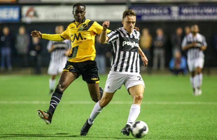Yannick Zeeman (rechts) in duel met Richelor Sprangers tijdens de bekerwedstrijd tegen NAC Breda.