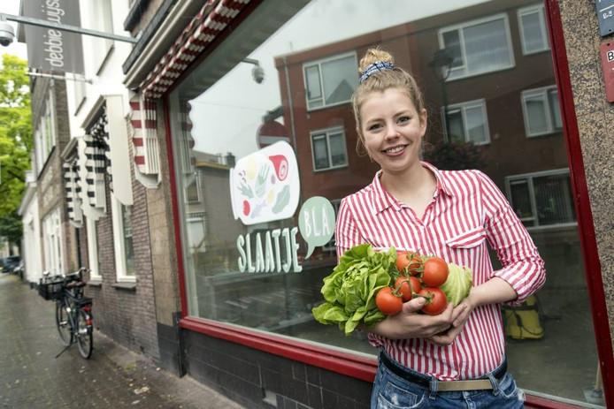 Estée Strooker bij haar toekomstige saladbar aan de Klarendalseweg. Foto: Gerard Burgers.
