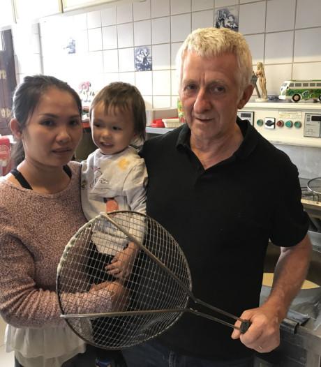 Eigenaar friettent (63) verjaagt overvallers met hete frietschep nadat ze zoontje bedreigen met mes