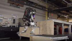 VIDEO. Deze robot lijkt op een mens en kan moeiteloos hindernissen nemen