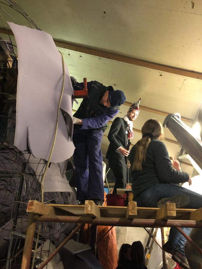 Prins Jan-Knillis dun Irste neemt  een kijkje bij de bouwers in Rijsbergen