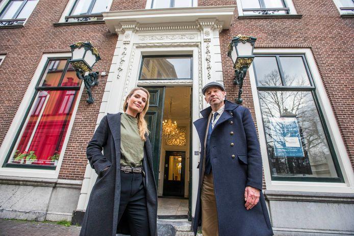 Annelies Kool en Perry Schrier voor het pand Lange Voorhout 58 waar veilinghuis Van Marle & Bignell in de Tweede Wereldoorlog van Joden geroofde kunst veilde.