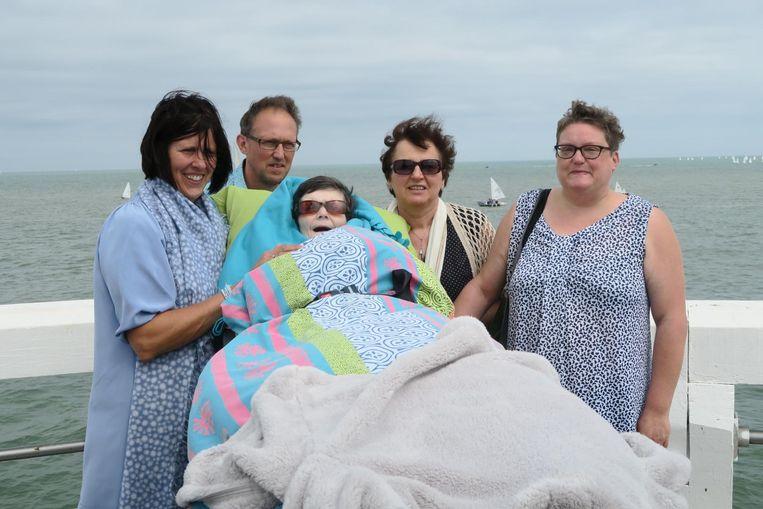 Kiekje op de pier in Nieuwpoort: Sigrid Pattou samen met zus Anja, neef Henk, nicht Francine en begeleidster Nathalie.