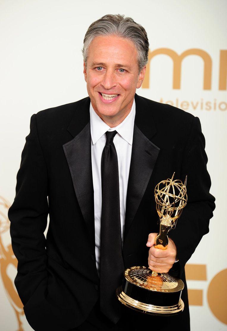 Jon Stewart met een van de vele Emmy Awards die hij won.