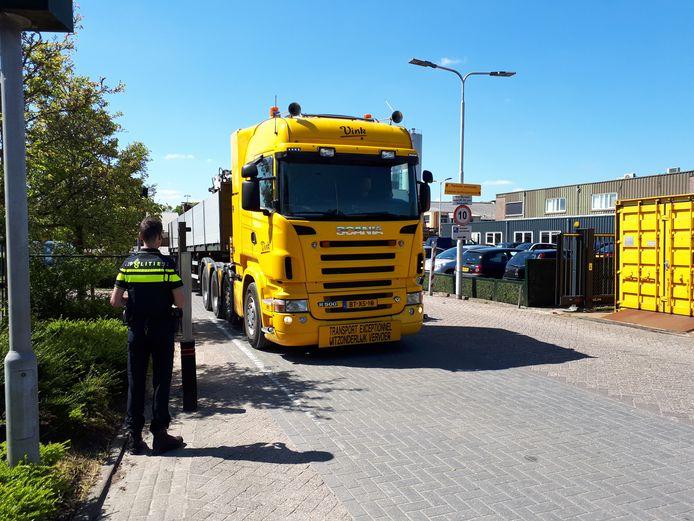 Onder toeziend oog van de politie verlaat een truck van Vink het hoofdkantoor.