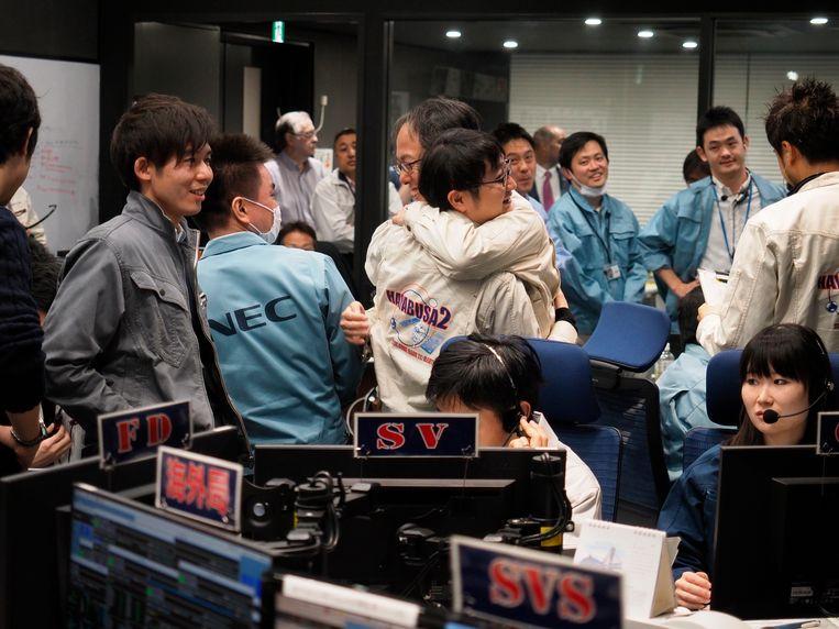 Vreugde in de controlekamer van het Japanse ruimtevaartagentschap Jaxa.