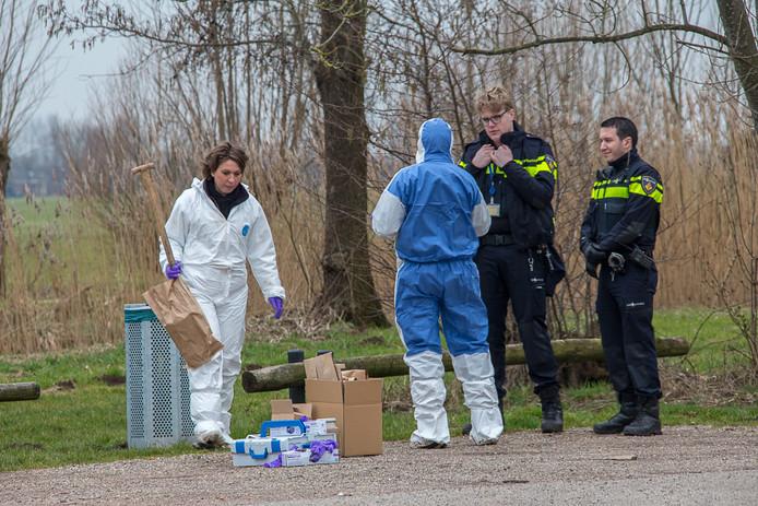 Rechercheurs van de politie doen onderzoek naar de verkrachting  in Nieuwer ter Aa.