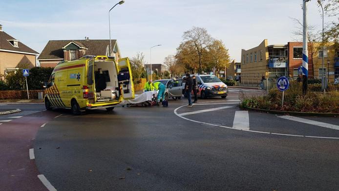 De hulpverleners bieden eerste hulp aan het slachtoffer in Aalten.