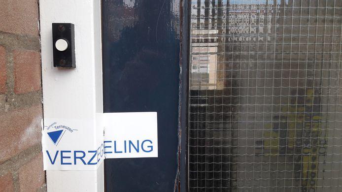 Verzegelde voordeur drugspand in Terneuzen.