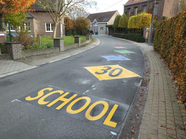 De nieuwe wegmarkering aan de school in Zeveren.