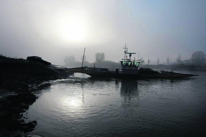 De veerpont over de IJssel tussen Olburgen en Dieren.