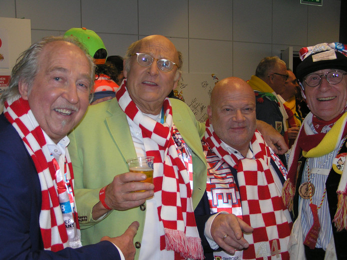 De Deurzakkers (links Clemens van Bracht, rechts Willem van Schijndel) en De Aal, alias Bert van Aalten (midden), bij 3 Uurkes Vurraf 2018.