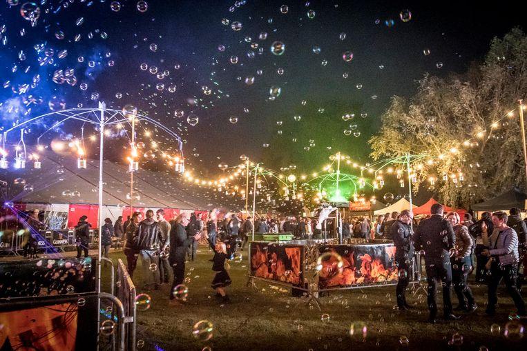 Vrijdagavond zat het feeërieke festivalterrein van Labadoux aardig vol.